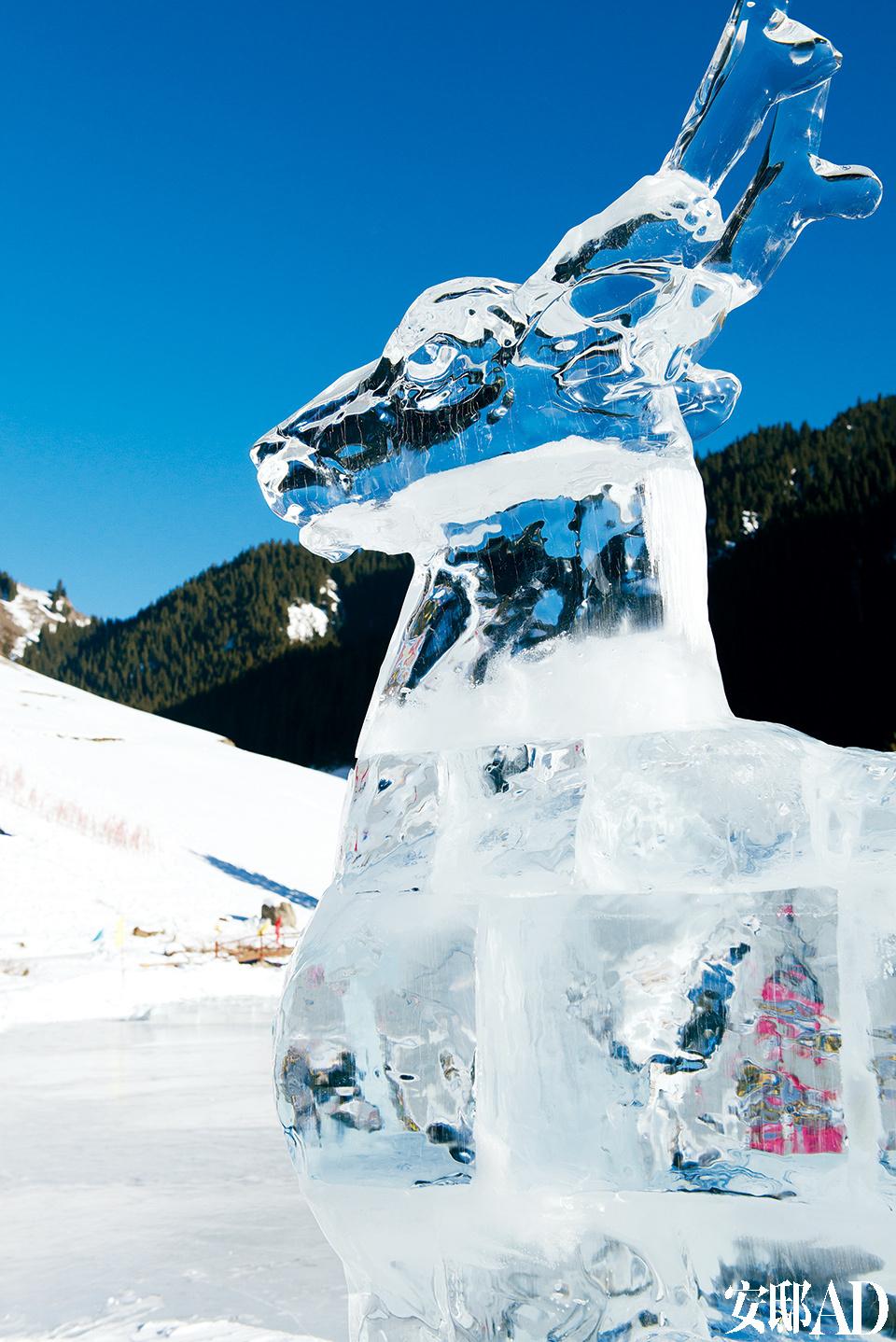 南山滑雪场距离乌鲁木齐市区约一小时的车程,好似乌市的后花园,每年冬季大雪封山,寒冷的天气没有让人望而却步,反而是这里的冰雪运动吸引了不少游客。山脚下还有各种艺术性冰雕,寒冷带来的是抖擞的精神!
