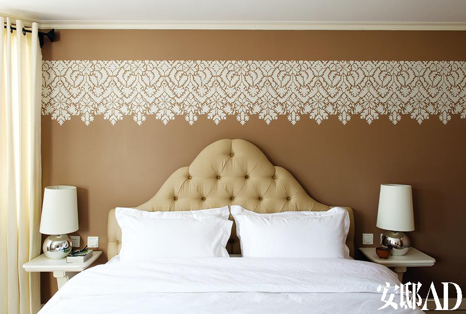 卧室基本都位于二层,每间都有不同的色彩与纹样。譬如这间卧室就选用了温暖沉稳的沙色,墙面上的花纹来自Royal Design Studio,它并不是壁纸,而是用传统的拓印方式装饰在墙面上的。