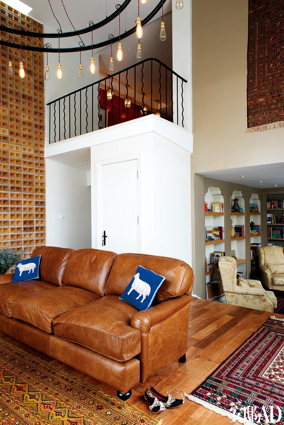 """""""我们尽量选用当地的、传统的、温暖而有亲和力的装修材料,而一些暖色的加入,也让这个家看起来更加温馨,正好与室外极寒的雪景形成鲜明对比。""""客厅与一个小休息室开放相连,温暖的装饰材料更显亲和力。"""