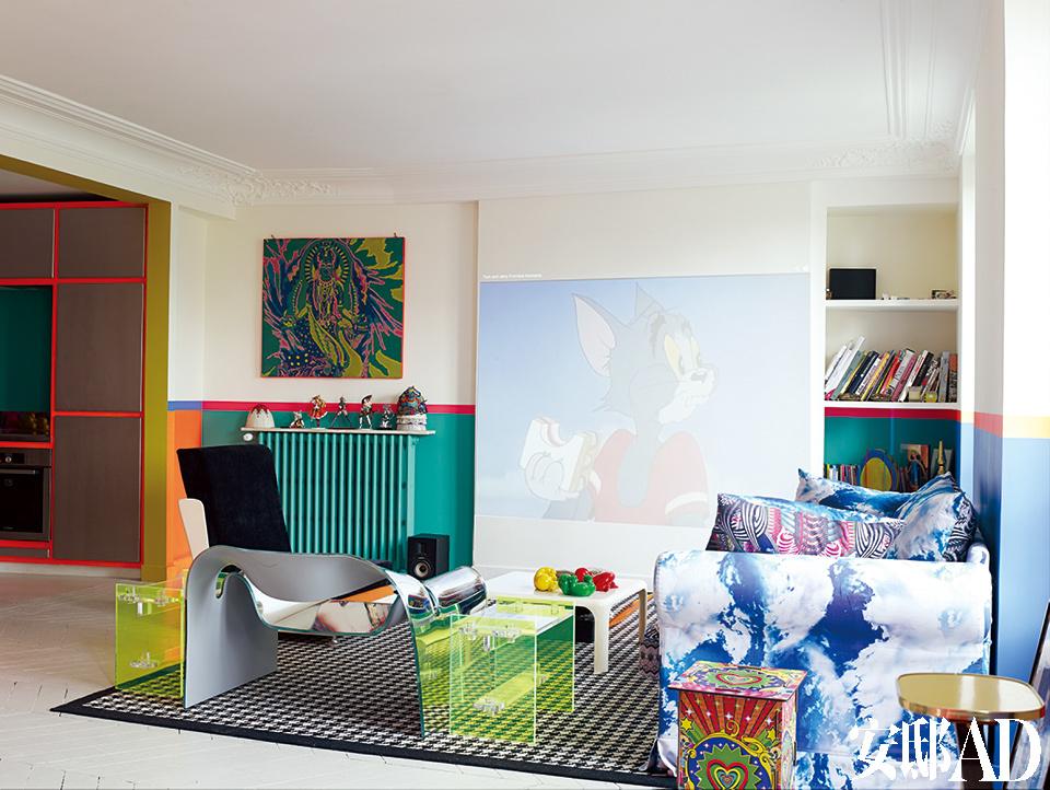 沙发是一件二手货,覆上了阿罗拉设计的布料,这是他从美国内华达的Burning Man节上获得的灵感。左侧的黑色怀旧椅也是布鲁塞尔的集市货,带有意大利血统。右侧颜色鲜亮的凳子兼矮桌是阿罗拉自己的设计。