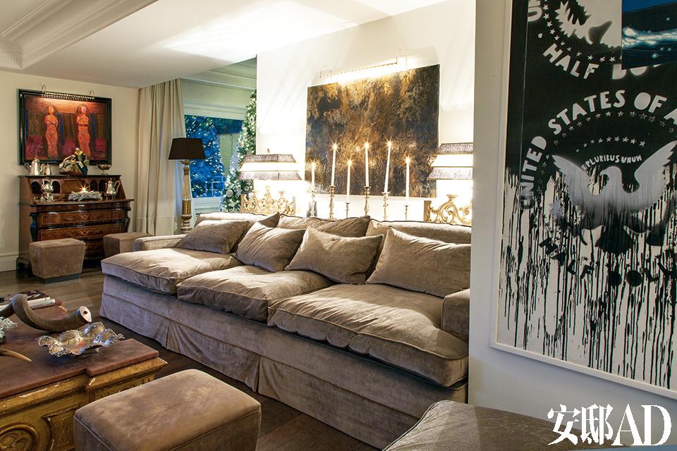 沙发后挂着Paola Romano和Franco Angeli创作的油画。远处还有罗马五斗柜和Casorati的油画作品。
