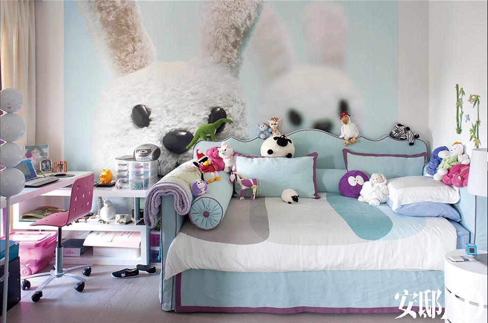 这是孩子的卧室,床是从意大利定制的,墙面上的壁纸也是,房间里到处摆满了各种玩偶。从意大利定制的艺术壁纸,令孩子的房间更是充满惊喜。