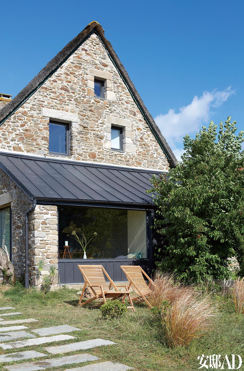 房屋面海一侧的山墙经过改造,新增的大窗并没破坏老式房屋的整体风格。两张折叠式躺椅来自Habitat。