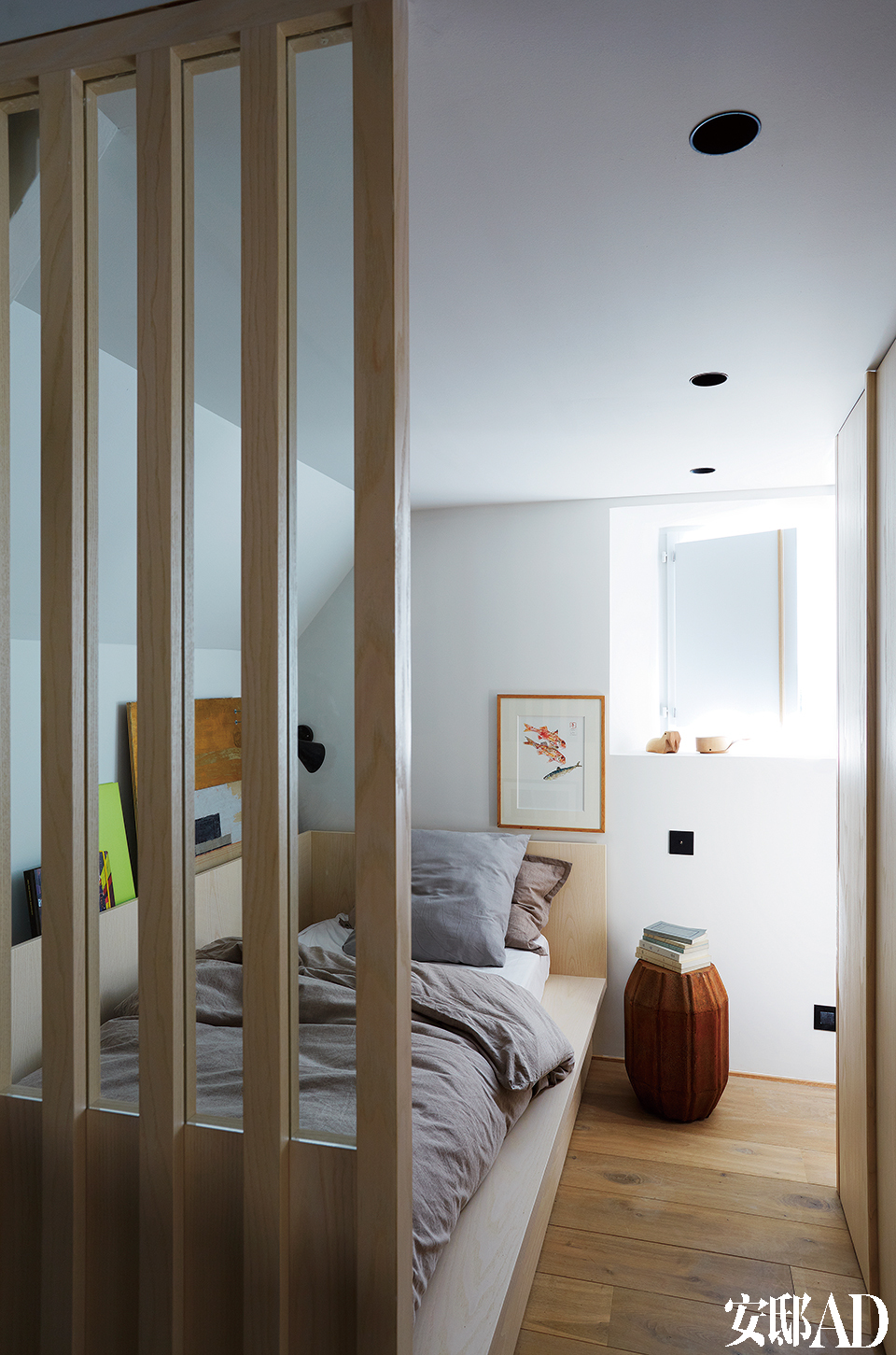 粗革表面的凳子充当了客房中的床头柜,定做的单人床也采用了漂白的白蜡木,床上用品来自Caravane。