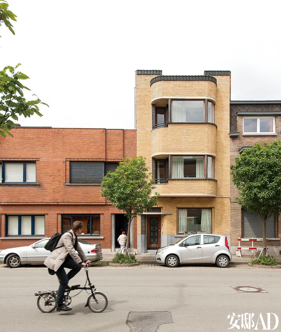 这幢高高的三层联排别墅,外观极富现代感,是上世纪二三十年代最受上层社会欢迎的样式。