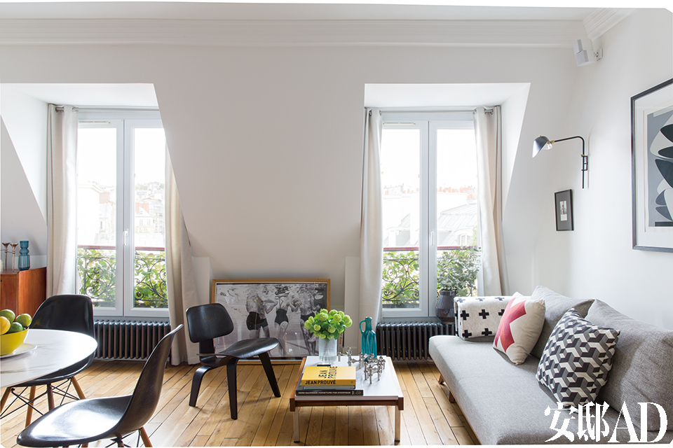 这个清新、时尚又处处带着点美 好色彩的家,原本只是三间阁楼佣人房,如今的窗与窗景反而成了最大特色。客厅中有两扇大窗送来明媚阳光,窗户之间的水下摄影作品是由PaulSchutzer拍摄的演员Daphne Dayle。