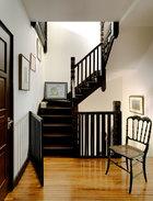 楼梯的墙面被屋主充分利用,悬挂或倚靠几幅小画,令艺术成为生活的一部分。楼梯的墙面被充分利用起来,李光程将他这些年来收藏的艺术品悬挂在此,成为一道风景。