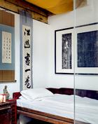 东侧卧房,榻头书法,榻上是佛光寺经书和菩萨画像的拓印。