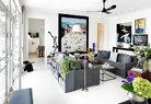 客厅处于简单和开放的家居空间,地面、墙面、天花板均以白色为基调,为家具、艺术品和鲜花提供了一个纯净的背景。犹如一张画布,开放地接受任何颜色的融入。