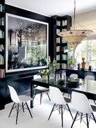 黑白为主的餐厅呼应着墙上照片的色调,仿佛把照片上欧洲老建筑的华美空间延伸出去,意犹未尽。餐厅中,中式古董餐桌与欧洲设计师Eames的经典椅子搭配起来相得益彰,摄影作品同样来自德国艺术家Candida Höfer。