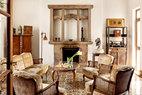 """壁炉代表着男主人对家之温暖的向往。西式壁炉,却是早前收藏的元代供桌改造而来,中西贯通,精彩无限!会客厅位于一层,是接待不会待太长时间的普通朋友之所。靠墙的柜子、小箱子和架子均是黄花梨材质,是刚开始收藏古典家具时向名家购买的,其中图右上方的架子还是上世纪90年代台北""""故宫""""""""风华再现""""展览中的展品。壁炉是主人用早前收藏的一个元代供桌设计来的,花砖地板则是从上海老房子的拆迁现场买来的,拥有至少100年的历史。"""