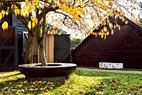 院落中围绕大树的一圈黑色花岗岩石凳由Edward Barber和Jay Osgerby特别设计,远处的白色卡拉拉大理石长凳也是他们的作品。