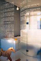 主人小儿子的房间中,浴室的玻璃门上贴着瑞士作家Marcus Pfister的儿童故事The Rainbow Fish ,近处的木马来自爱马仕。
