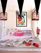 女儿Tessel的卧室中,挂着一幅Tanja从一次平壤之行中带回的朝鲜手绘海报《阿里郎》,两只鸟笼本是她从街上捡回来的弃物,现在被用作床边灯的灯罩,床上一双木屐来自荷兰。