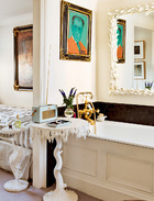 即便在浴室里,也配置了Oriel Harwood的巴洛克自然主义设计,整个家真的找不到不够格调的平庸死角。主浴室内摆放着OrielHarwood设计的巴洛克风格墙镜和茶几,墙上的人像由Aldo Mondino创作。