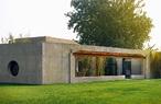 陈坤的工作室位于一大片创意园区内,建筑本身是由老厂房改造而来,大片草坪绿地中和了建筑本体的硬度与冷感,聪明的植物景观与透视设计,让整个工作室既有东方意韵,又充满西方的空间感。