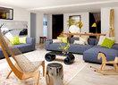 """""""做减法""""的家居风格,不仅要贯彻到家具单品,就连点缀色的选择也不能""""抢""""走半点简单、舒适的气氛和心情。一层客厅以直线条的灰色沙发打底,营造的是一种简单的心情,黄绿色调的饰品也是舒适调性的点缀。"""