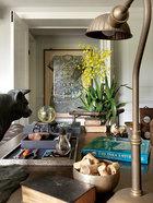 廊道墙上的艺术品为父亲购买的清朝中国龙袍,桌上的印度铜质桌灯很有工业风格,一旁的皮革老书,购自一次葡萄牙里斯本的旅程。