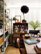 摆酒器的柜子为上世纪50年代的丹麦古董柜子,上面的老唱片留声机是父亲的收藏。
