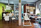 客厅的对面是厨房、餐桌及工作区,全部为灵活的开放式,整个空间被利用得紧凑而高效。 方柱巧妙地分隔了厨房与书房的空间。厨房的绿色墙壁是前屋主所设计,灯饰是沈伟10多年前于土耳其伊斯坦布尔购买,这座灯是瓷器原料,内含沙子以平衡灯架,可以上下调整高度。后面的画作是沈伟16岁时,以中国戏剧的女旦为主角的创作。书桌和书柜是特别定制的,整体看来像是一个陈旧的大箱子,一面是书柜,一面是书架和折叠小桌,两边底下有轮子,可以折叠关闭。大型书箱上是沈伟搜藏的多个古董箱子,有些甚至具有100多年历史。