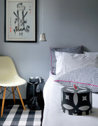 主卧室是少数出现较多颜色的地方,还有一块角落是Mel的小天地,摆满以前设计华丽婚礼的配饰摆件。