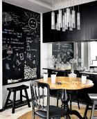 """用餐空间虽然不大,Mel却在这里""""任性""""地设计了整整一大面墙的黑板,上头是一家三口的共同创作,随时能在上头涂涂画画。""""我们的性格都很简单、直率,非黑即白,所以我们就用了黑白色系,灰色作为过渡。"""""""