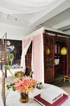 韩枫的卧室中摆放着中式和奥地利的古董家具。