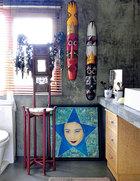 洗手间里也放满了艺术品。