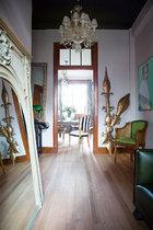 巧妙利用玄关,这里古典边框的大面镜子和摆件提示这个家的欧式品位。