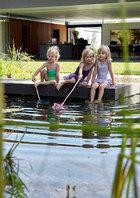 一切极简的设计都需要花费更多功夫,但主人一家还是踏实地筑梦成真。家里家外各个角落孩子们的可爱身影,无时无刻不让父母感到欣慰、满足。孩子们特别喜欢在这个池塘般的游泳池边玩耍。精心挑选出的植物可以靠它们的根茎系统来过滤和净化水质。