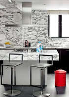 厨房与客厅相连,是家里唯一没有画作的空间。