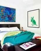 Andrew的审美自信来源于家庭教育,夫妇俩也希望能把这种收藏的快乐传给自己的孩子。床头上方的画作来自Howard Hodgkin,床头的小画是曾梵志于2011年画的Andrew Ruff本人。