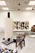 """在工作室的一角,肖鲁爱坐在淘来的老式木椅上画画,北墙上挂着画在毛毡上的水墨画,她说""""还不太成形""""。"""