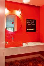 公用洗手间位于地下,有机树脂制作的红色洗手盆是在这次改造工程的负责人、瑞士建筑师Seilern的工作室购买的。
