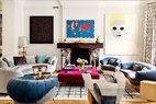 客厅如同色彩、艺术与设计的大聚会,任何一件小装饰都带着泉涌般的故事,这样的日子怎会不精彩呢?客厅里面漂亮的不锈钢壁炉上面带的是涂色钢板架台,它的存在相当于一座雕塑作品,是Ron Arad为他们量身定制的。壁炉前方House of Tai Ping的地毯上面摆着Moroso的红色天鹅绒软椅当茶几。壁炉上方挂着Alighiero Boetti最具特色的一幅地图刺绣作品《Mappa,1978》。壁炉右侧挂着英国年轻艺术家Gary Hume的无题人像作品。壁炉左侧是黎巴嫩艺术家Nabil Nahas的画作。Claude和François-Xavier Lalanne于2007年设计的铜制边桌Singe aux Nénuphars(猴子与百合)为客厅带来一丝生机。