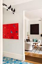 右边墙壁上挂着Damian Hirst最为人所爱的蝴蝶画作之一《Sea of Love》。鸽子标本则是意大利艺术家Maurizio Cattelan的作品《Turisti》的一部分。