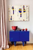 斗柜上的玻璃制品满载了家庭的回忆,钢制烟灰缸是Arne Jacobsen的设计。