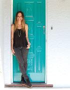 Liesel靠在他们那扇绝对醒目的蓝色大门前。大门涂料是多乐士的里维埃拉海蓝色清漆。