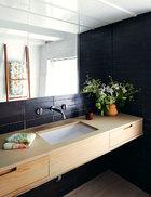主卫生间中的梳妆台由特别定制的红雪松板饰面,瓷砖来自Heath Ceramics,小器具由Boffi出品。