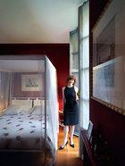 卧室里,波尔多酒红色的墙壁带给空间以温暖的戏剧感,而宽大的卧室落地门让房间光线充足。金属床架来自De Padova,印有红色花朵的床品来自Flou。墙上挂着印有古埃及图案的绘画,这也是Rossella的激情所在。她已经多次拜访过埃及,每次都是怀着万般不舍才回到家中!右手边,红色的架子上摆着三个蜡烛和相框。