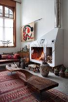百年建筑里唯一的大型翻修,加入了带来冬日温暖的壁炉,墙上艺术家Alexander Calder的壁毯,灵动线条给空间带来活泼韵律感,Marc Nucera设计的整块原木矮桌提供原始粗犷感,衬托着装饰性极强的中亚地毯。