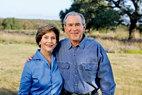 主人:乔治·沃克·布什(George Walker Bush),世称小布什,美国第54~55届总统,也是继美国第六任总统约翰·昆西·亚当斯之后第二位踏着父亲足迹当选的总统。1946年7月6日,小布什出生于美国康涅狄格州,2岁时全家迁居得克萨斯,这里也成为小布什之后发迹之路的大本营。2001年就职总统前,小布什于1995~2000年间担任第46任得克萨斯州州长,颇得得州人的赞誉。他的妻子劳拉·布什(Laura Bush)也来自德克萨斯,自小深受这片西部牛仔之地的建筑美学与自然氛围的熏染。目前,退休后的小布什及家人,常在这片农场庄园内居住,而小布什还开始了他的绘画生涯,并于今年4月在州内的布什中心举办了自己的首次个人画展,展出作品为他给各位世界政要画的肖像画。美国前总统小布什和他的妻子劳拉在得州过着天然、健康的田园生活。