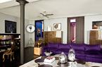 客厅中,墙角的Pallucco落地灯来自Fortuny,木箱上放置着一尊黄铜犀牛,两座1940年代风格的斑马木橱柜也是Nicolas和Marc的 设计,柜子上方分别挂着来自Gérard Garouste的绘画和来自俄罗斯艺术家Kirill Chelushkin的乙烯装饰艺术品。