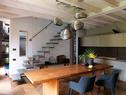 厨房中,柚木餐桌购自意大利卢加诺的Kasia,吊灯用了Angela Ardisson设计的铜作品系列,楼梯下摆放了一张19世纪的中式条凳。