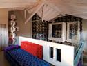 阁楼上可以清楚地看到坚持用纯手工打造的全新屋脊,彩色Michetta天鹅绒沙发组合是Gaetano Pesce为Meritalia品牌设计的。