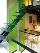 隔层之下的餐厅里配备了Le Corbusier的玻璃餐桌以及Harry Bertoia的4张餐椅。由Eileen Gray设计的经典E1027茶几摆在角落中,桌上放着Barraud-Parage的花瓶。