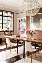 超大的窗户,大量引来户外的光线,让主调的白色空间剔透光明,老家具呈现温润质感。