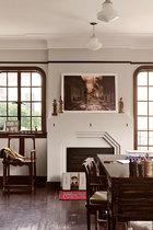 书房里,笔筒里插满笔,暗示着主人的写作习惯,墙上的作品是有关三峡的摄影作品,具有时事的反讽意味。