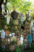 """三宝南侧院落中的""""千年墙"""",美国现代陶艺大师Jim Leedy本着""""回收历史、回收垃圾""""的想法,与李见深一起从各个古老窑址中挖出废弃的窑砖头,混合着从宋代到现在的历代瓷器碎片堆砌而成。"""