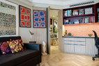 [After] 原来放在客厅里的两幅澳大利亚土著画作被移至书房,重新规划出不同区域的色调。客房同时也是主人的办公室兼书房,房间中的柜面和门板均使用了Zebrano木面,桌面为昆士兰胡桃木,凹形展示架内壁装饰了Knoll品牌的Eclat Weave系列面板,还采用了隐藏的条形LED灯,照射着主人收藏的原住民和部落艺术品。